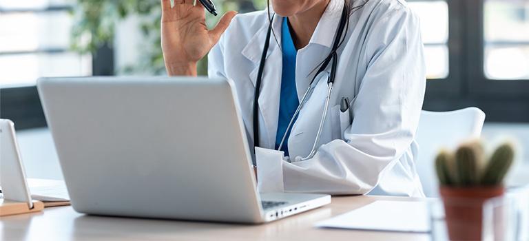 Lekarz pracujący przed laptopem